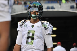 Marcus Mariota takes the field as the Ducks face off against Washington State